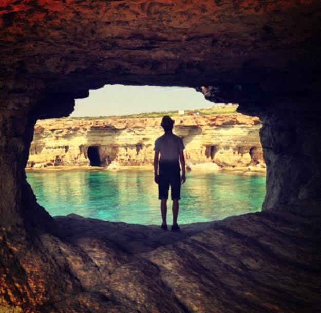 Taki Dave scatta questa foto per il suo account Instagram. È il suo 58 giorno della #100daysofhappiness a cui ha aderito. Questa cava sul mare è il suo motivo di felicità.