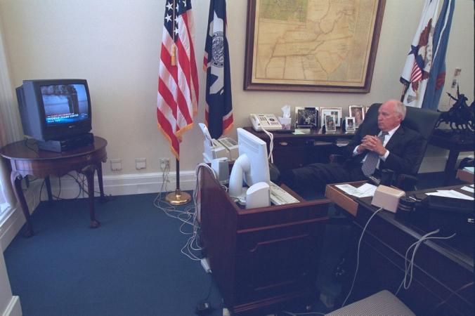 L'ex vicepresidente Dick Cheney segue la notizia dell'attacco alle Torri gemelle nel suo studio l'11/9/2001. Le foto dello staff della Casa Bianca in quei momenti sono state rese note da pochi giorni e sono state diffuse dall'archivio nazionale degli Usa.