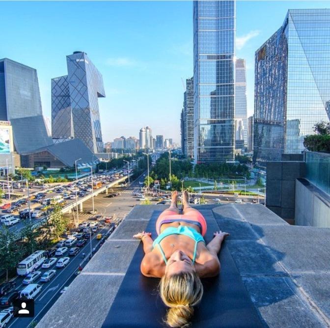 Yoga sul terrazzo del Rosewood Hotel, Pechino. Per questo scatto: 4mila like