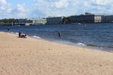 Alcuni coraggiosi d'estate fanno il bagno nel fiume.